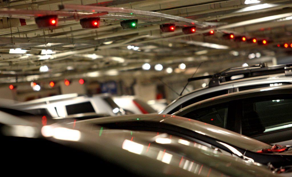 Novo sistema de indicação de vagas livres no estacionamento do Shopping Morumbi , zona sul da capital.