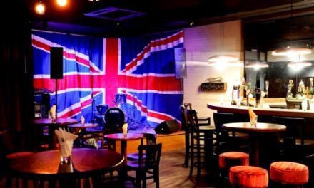 Bandeira gigante da Inglaterra na laje da vizinha