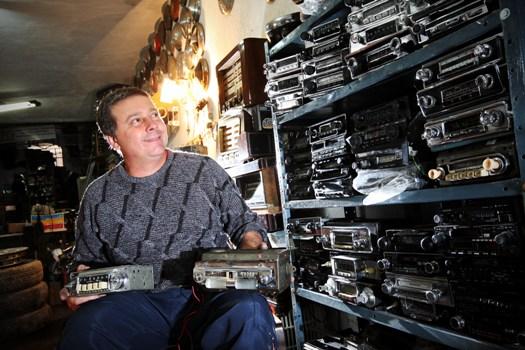 Oficina restaura rádios de carros antigos