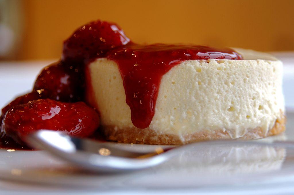 kosher-Cheesecake-com-caldas-de-frutas-vermelhas