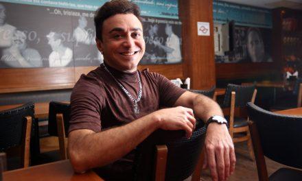 Markinhos Moura, sucesso nos anos 1980, é host em bar