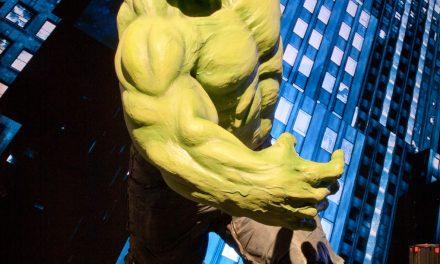 """Estátuas de """"Os Vingadores"""" invadem livrarias"""