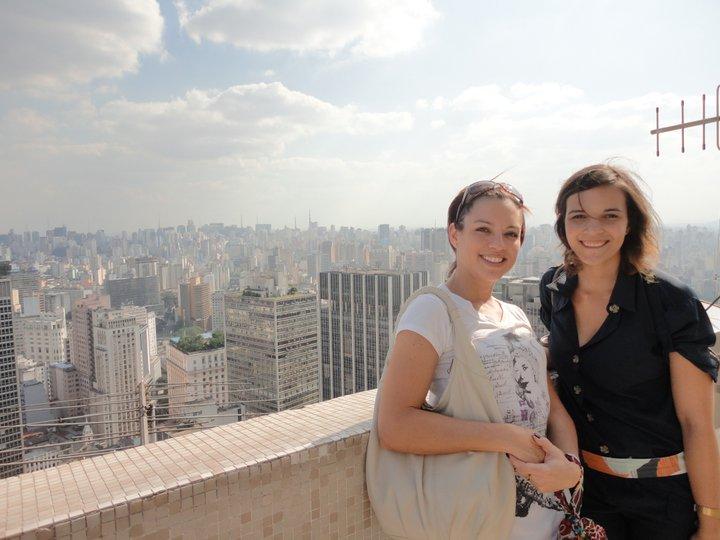 Nathalia (à direita) apresentou São Paulo vista de cima à turista Meli