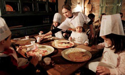 Crianças colocam a mão na massa e preparam suas próprias pizzas