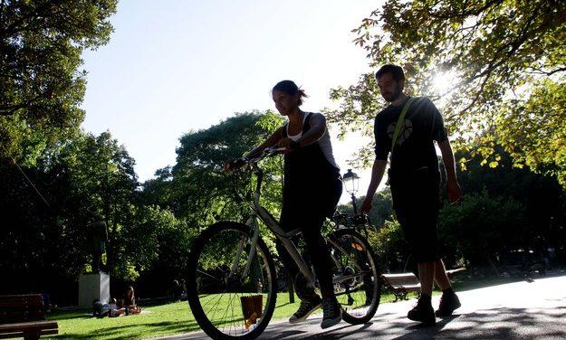 Escolas que ensinam crianças e adultos a andar de bicicleta
