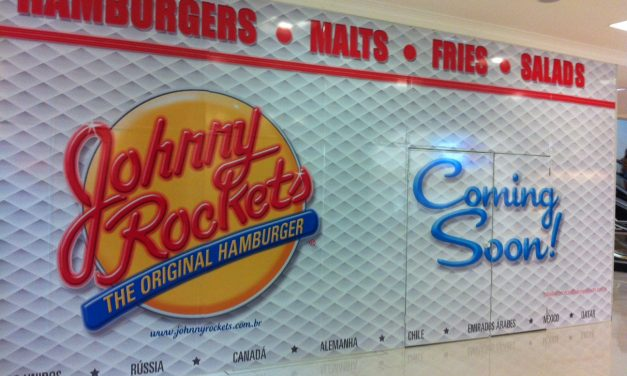 Tapume anuncia lanchonete da rede Johnny Rockets no Shopping West Plaza