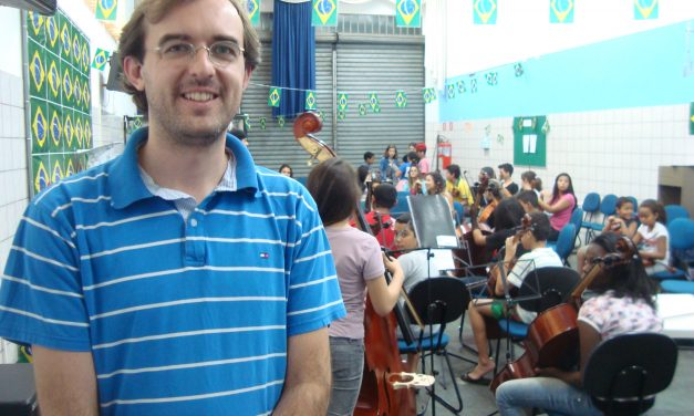 Projeto Locomotiva: maestro comanda orquestra de jovens no ABC