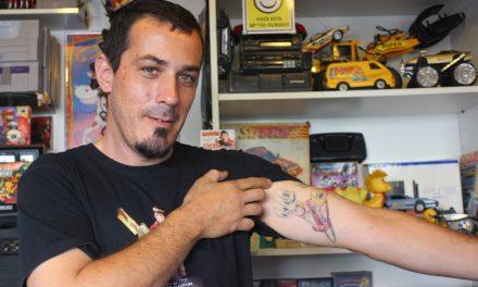 """A bagunçada loja """"Super Anos 80"""" atrai legião de nerds ao Cambuci"""