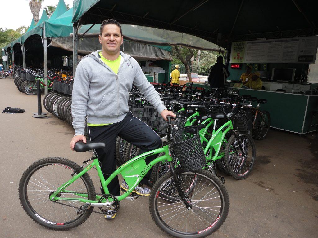 Flávio de Souza: o dono de 350 bicicletas