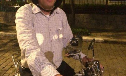 Padre Juarez usa moto chinesa pela cidade e conta como foi o primeiro tombo