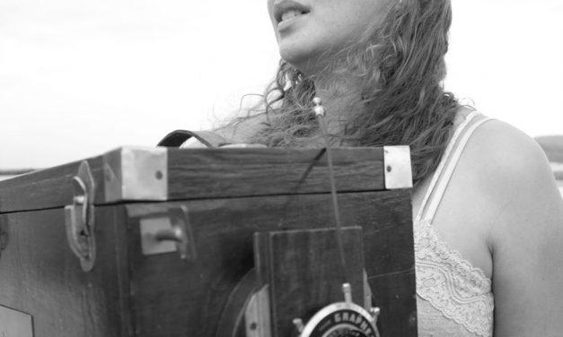 A fotógrafa lambe-lambe Cássia Xavier e uma profissão quase em extinção