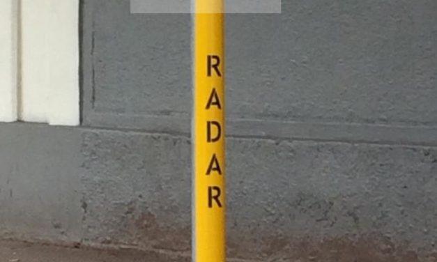Nova intervenção pinta poste para alertar motoristas sobre a presença de radar