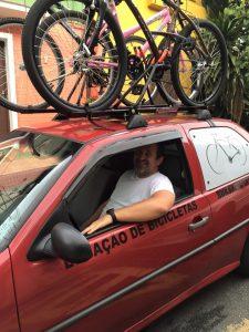 Julio indo realizar uma entrega de três bicicletas.