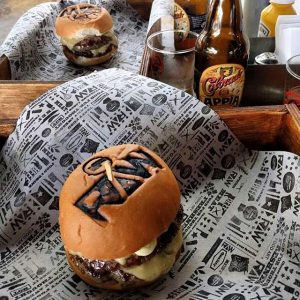 "Hamburguer do Raw Burger marcado com ""RAW"""