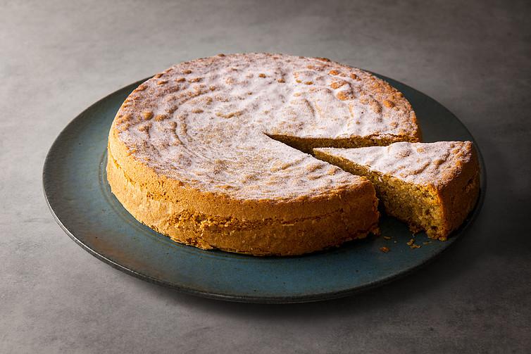Torta de castanha-do-Brasil aromatizada com raspas de limão e canela (sem glúten e sem lactose)