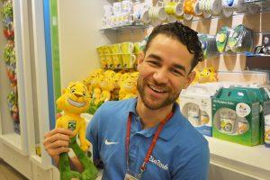 Funcionário da loja Rio 2016, Rafael Braga exibe Ginga, mascote da delegação brasileira