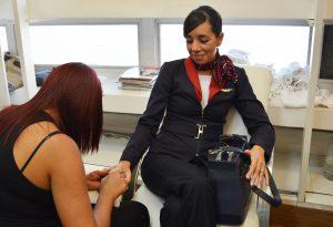 No salão de Ana Xavier, no primeiro piso, tripulantes pagam 25 reais pelo serviço de manicure