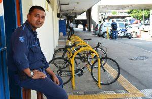 Márcio Ajala e o pequeno bicicletário, usado apenas por funcionários
