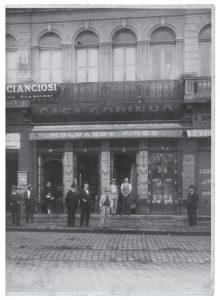 Mercearia Godinho por volta de 1924, ainda na praça da Sé. (Fonte: Acervo da Mercearia Godinho)