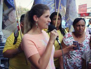Talita Eymael discursa durante passeata em São Mateus, na Zona Leste