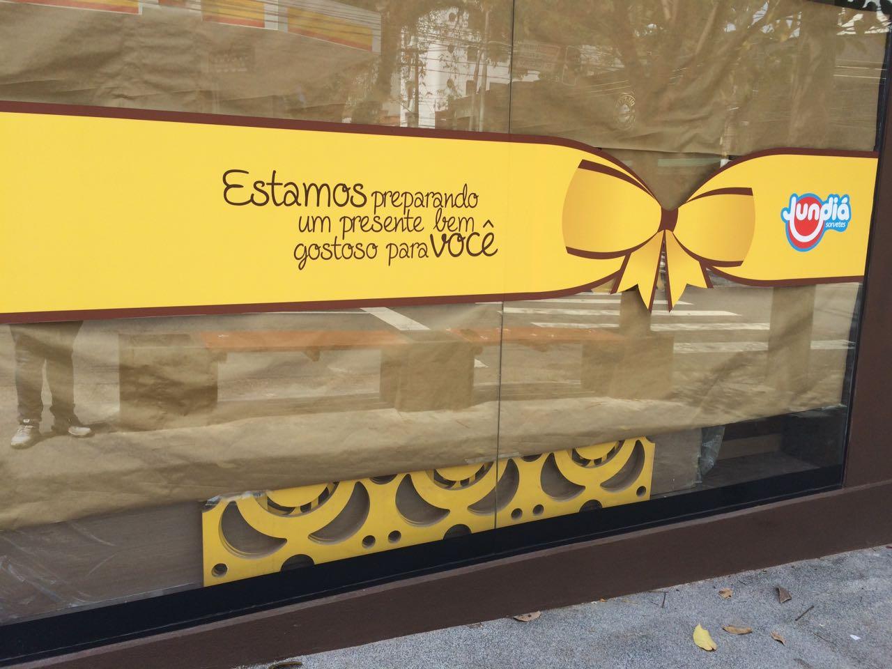 """Vidros da loja anunciam """"um presente bem gostoso"""""""