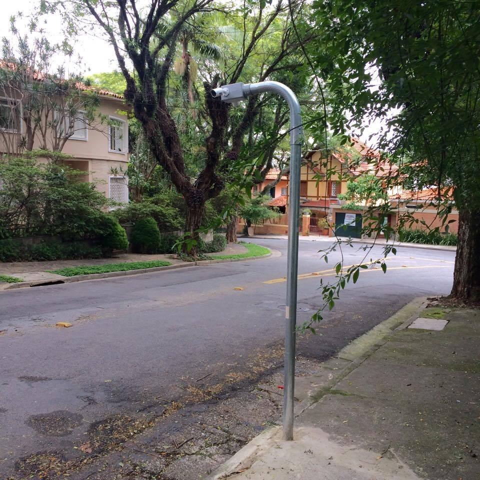 Um dos oito postes que abrigam as câmeras de vigilância da Rua Antonina
